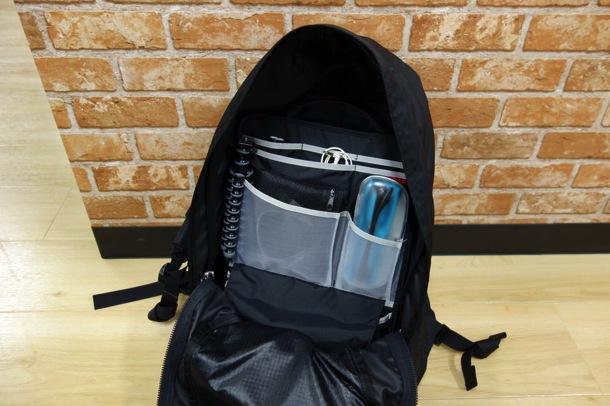 デイパックの中を整理するノーマディックの縦型バッグインバッグ
