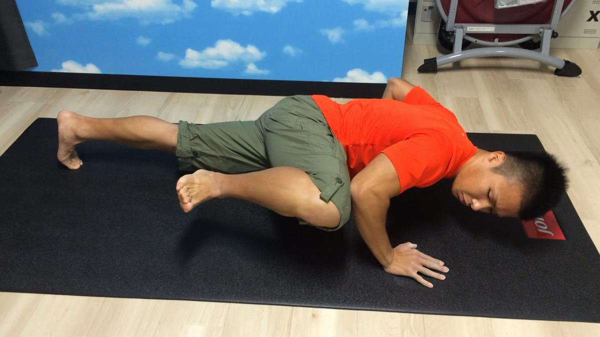 体幹も同時に鍛えられる腕立て伏せ「ニー・トゥ・エルボー・プッシュアップ」が効果的でおすすめ!