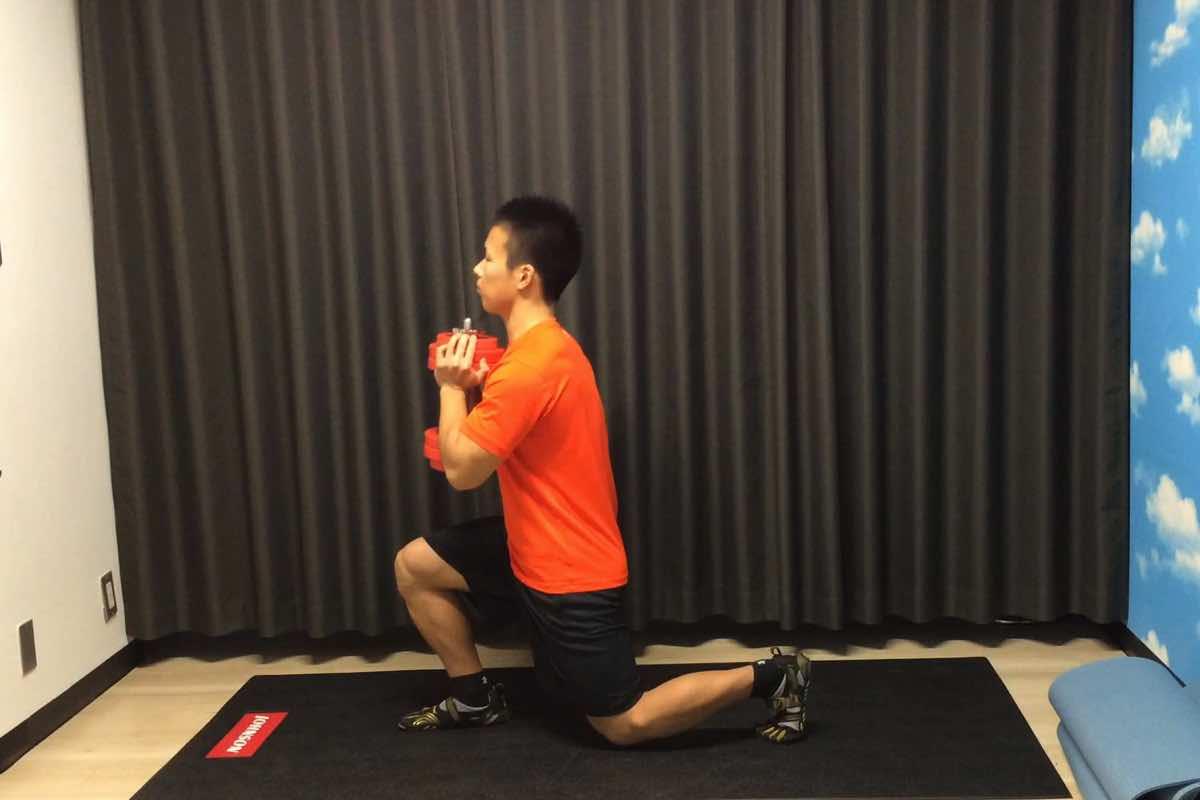 ダンベル1つでできる「ゴブレット・ランジ」で脚と体幹とバランス能力を鍛える
