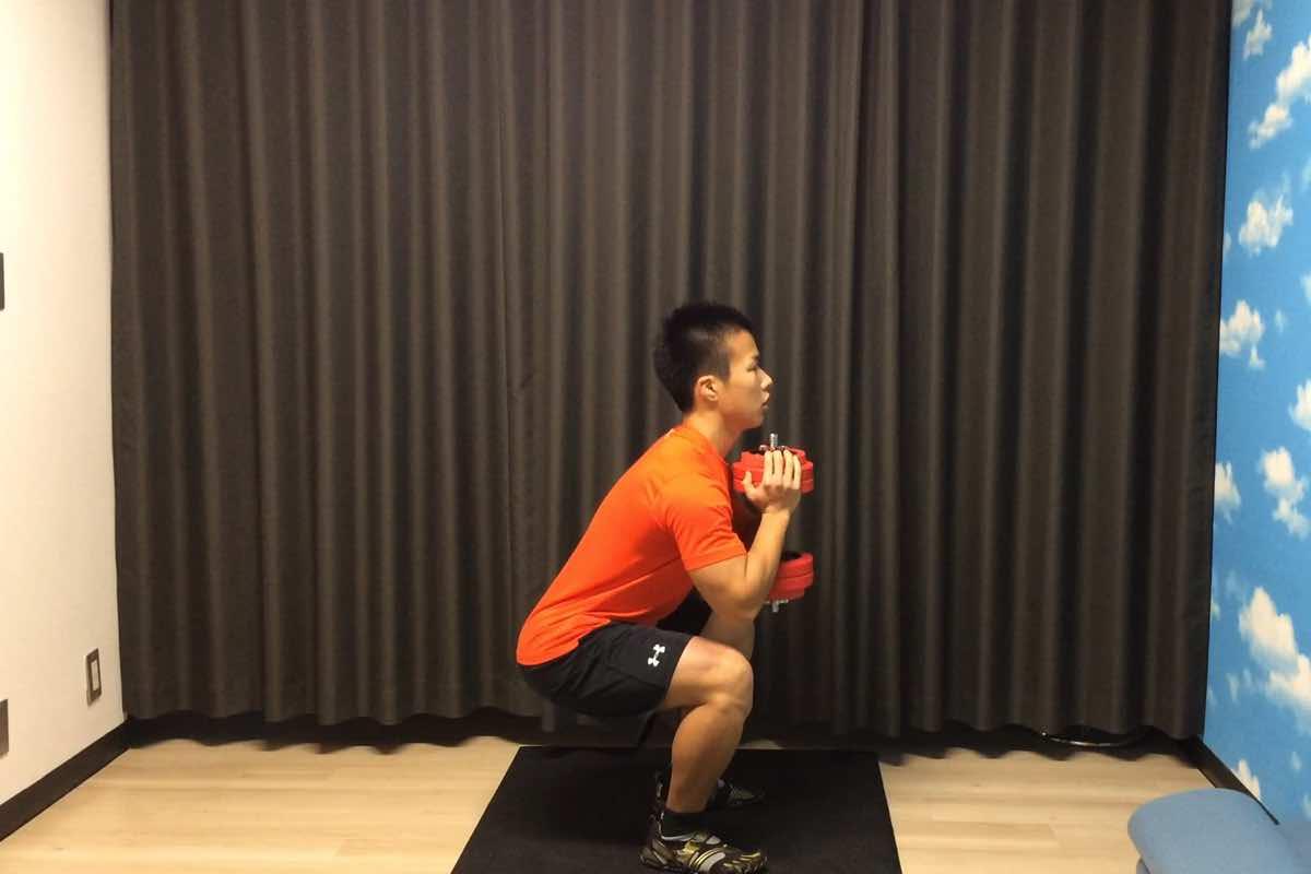ダンベル1つで脚と体幹を鍛える「ゴブレット・スクワット」
