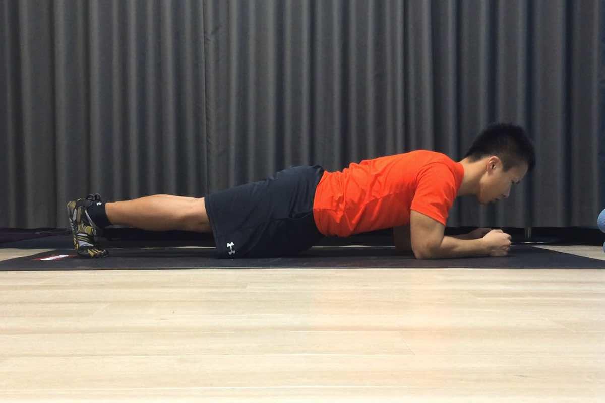 床と自重があればできる「プランク」で手軽に体幹を鍛える