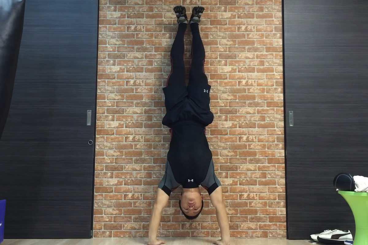 自重でできる「ハンドスタンド・プッシュアップ」で肩を鍛える